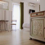 Gartenzimmer Akazia Zimmeransicht mit antiker Kleiderkomode