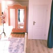 Aus dem bequemen Bett mit Aussicht auf die Kroatische Adria&die Sonne spiegelt sich im Spiegel
